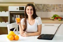 Женщина с апельсиновым соком стоковые фото