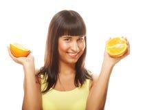 Женщина с апельсинами в ее портрете студии рук изолированном на whit стоковые изображения