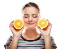 Женщина с апельсинами в ее портрете студии рук изолированном на whit стоковое фото