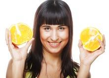 Женщина с апельсинами в ее руках стоковые фото