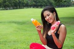Женщина с апельсиновым соком Стоковые Изображения RF