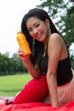 Женщина с апельсиновым соком Стоковые Фотографии RF