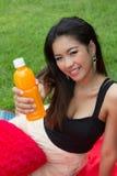 Женщина с апельсиновым соком Стоковое Изображение