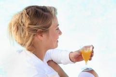 Женщина с апельсиновым соком Стоковая Фотография RF