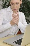 Женщина с артритом в боли Стоковые Изображения
