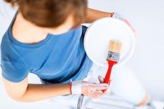 Женщина с баком paintbrush и краски Стоковые Фотографии RF