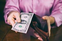 Женщина с банкнотой доллара в бумажнике Стоковое Фото