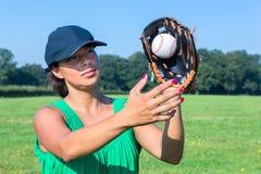 Женщина с бейсболом перчатки и крышки заразительным стоковое фото rf