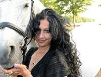Женщина с белой лошадью Стоковые Фотографии RF