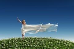 Женщина с белой тканью на траве иллюстрация штока