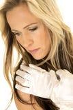 Женщина с белыми перчатками возглавляет закрытый взгляд вниз Стоковые Изображения RF