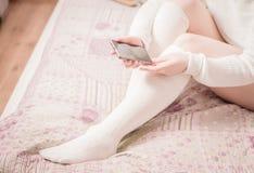 Женщина с белыми чулками в кровати Стоковое фото RF