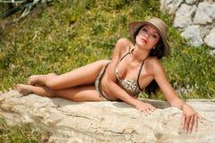 Женщина с бикини красивейшего тела нося и шлемом солнца Стоковое Изображение