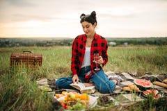 Женщина с бокалом вина, пикник на луге стоковые фотографии rf
