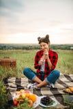 Женщина с бокалом вина, пикник на луге стоковые изображения