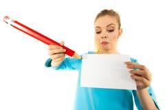 Женщина с большим сочинительством карандаша на бумаге Стоковое Изображение