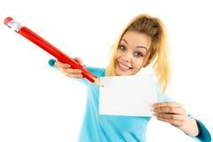 Женщина с большим сочинительством карандаша на бумаге Стоковое Изображение RF