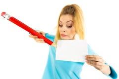 Женщина с большим сочинительством карандаша на бумаге Стоковое фото RF