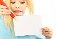Женщина с большим сочинительством карандаша на бумаге Стоковая Фотография