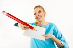 Женщина с большим сочинительством карандаша на бумаге Стоковая Фотография RF