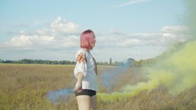 Женщина с бомбой дыма делает красочные облака дыма видеоматериал