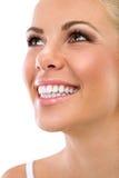Женщина с большими здоровыми белыми зубами стоковое фото rf