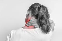 Женщина с болью в ее шеи - черно-белым фото стоковые изображения