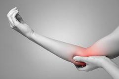 Женщина с болью локтя стоковая фотография rf