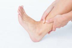 Женщина с болью лодыжки Стоковые Изображения RF