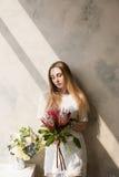 Женщина с букетом больших редких цветков Стоковые Фото