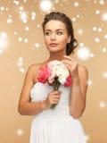 Женщина с букетом цветков Стоковое Фото