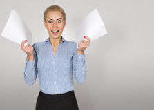 Женщина с бумагами радуется белизна изолированная предпосылкой стоковое фото
