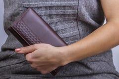 Женщина с бумажником в руке Стоковые Изображения RF