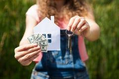 Женщина с бумажным домом с деньгами и ключами Стоковые Изображения RF