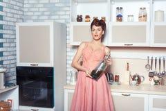 Женщина с бутылкой соды Стоковые Изображения