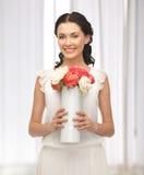Женщина с вазой цветков стоковые изображения rf