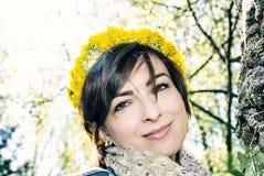 Женщина с венком одуванчиков в парке стоковое изображение rf