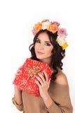Женщина с венком роз и подарочной коробки в руках, студии Стоковая Фотография