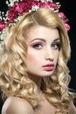 Женщина с венком цветков на ее голове Стоковое фото RF