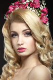 Женщина с венком цветков на ее голове Стоковое Изображение RF