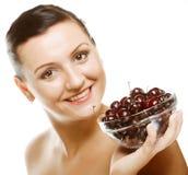 Женщина с вишнями над белизной стоковое фото rf