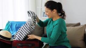 Женщина с видео записи сумки перемещения дома акции видеоматериалы