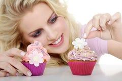 Женщина с вкусным пирожным Стоковое Фото