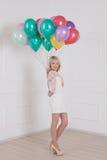 Женщина с воздушным шаром на день валентинки стоковая фотография rf