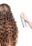 Женщина с волнистыми волосами и ноготь в изолированном мастере руки стоковые фотографии rf