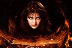 Женщина с волшебной книгой Стоковое фото RF