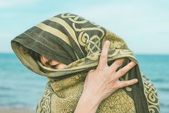 Женщина с вуалью на ее голове стоковые изображения rf