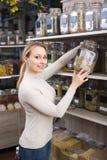 Женщина с высушенными травами в органическом магазине Стоковые Изображения RF