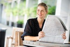 Женщина с газетами стоковая фотография rf
