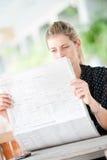Женщина с газетами стоковая фотография